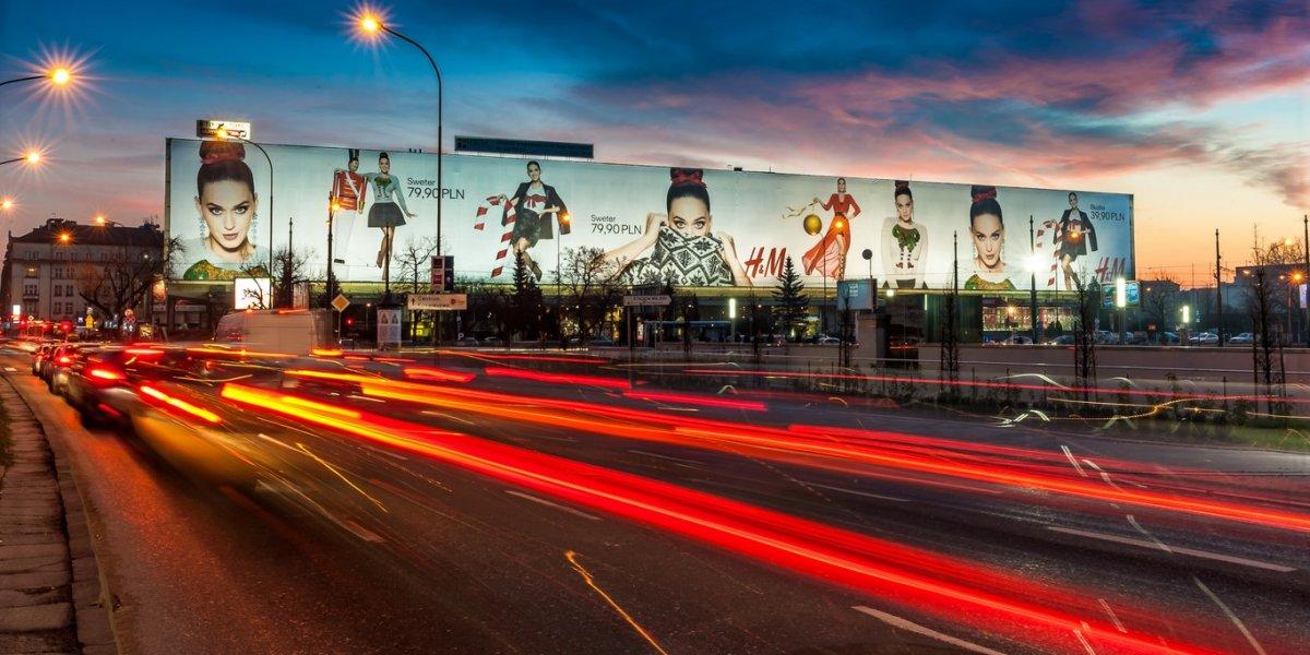 H&M. Powierzchnia reklamowa. Siatka mesh. Technologia wydruku UV. CITY. Ekspert komunikacji wizualnej.