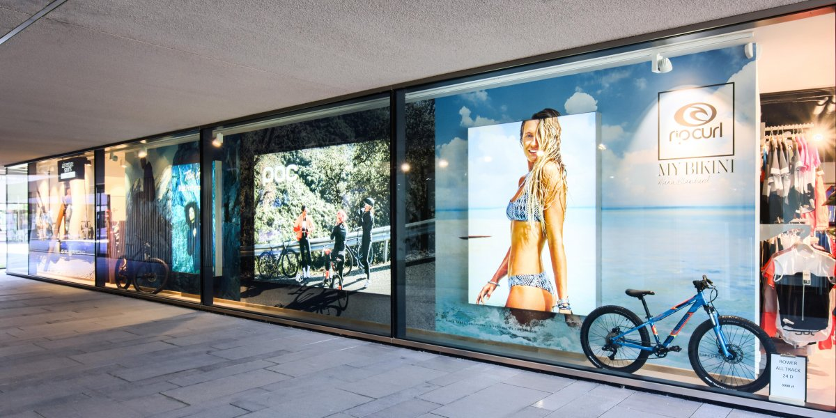 Adventure Sports. Aranżacja witryny salonu. Lightbox, terralight. Reklama podświetlana. Reklama LED I CITY. Ekspert komunikacji wizualnej