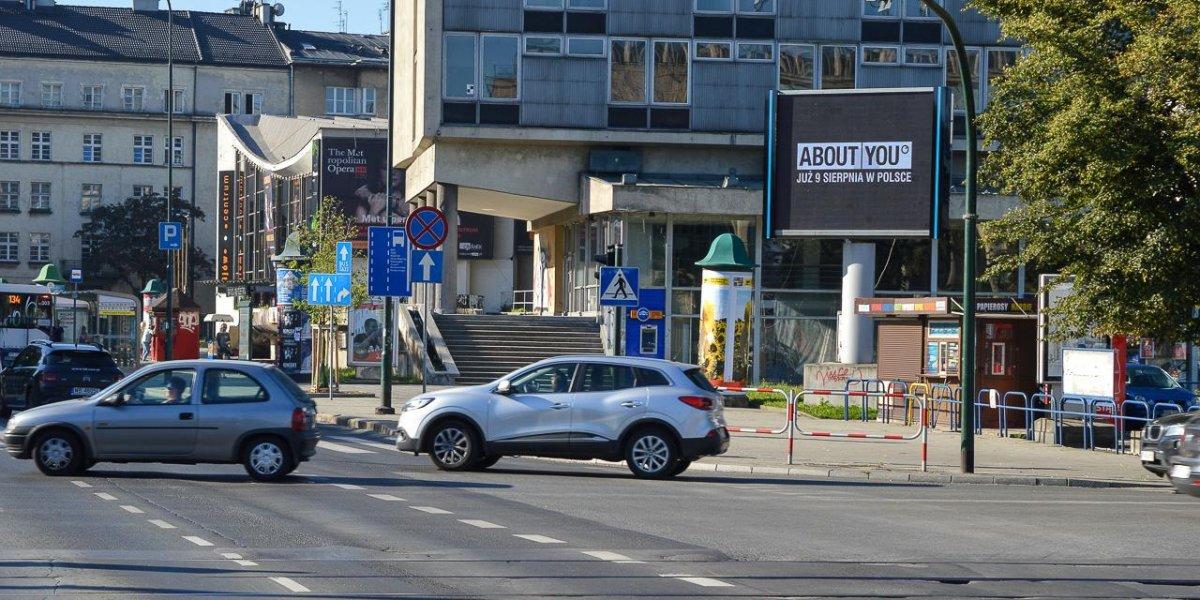About You. Kampania w miejskiej sieci ekranów LED.